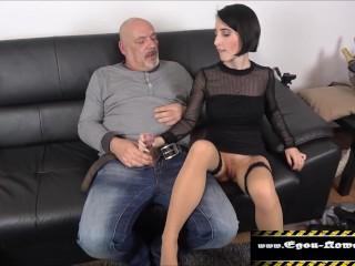 Ihren Stiefpapa findet dieses deutsche Girl einfach nur geil
