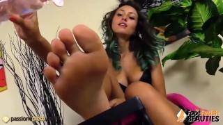 La ragazza toglie le autoreggenti e si massaggia i piedi con lolio