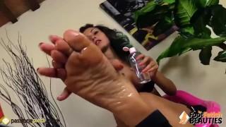 E con si la le autoreggenti l'olio massaggia i piedi toglie ragazza massage solo