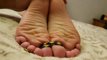 GODDESS VICTORIA VALENTINE: Tickling Bare Feet and Oily Footjob - Full Clip