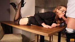 Heiße Sekretärin auf Tisch gefickt. Blowjob & Sex in Unterwäsche & Brille