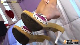 La mora si massaggia i piedi con la crema Doctoradventures.com big