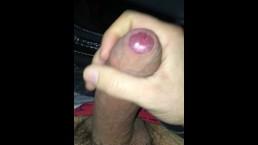 Vidéo amateur mec se masturbe après avoir garé sa voiture