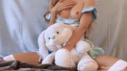 十代の少女アリスはワンダーランドからのウサギを愛するオナニー