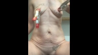 Pornografia quente - Tortura Extrema Dos Mamilos Com Escova De Metal E Tabasco Para Analgésicos