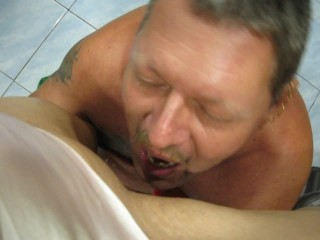 thaigirl missbraucht europäer zum urinieren