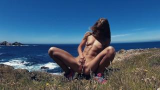 PISS PISS TRAVEL - Саша Бикеева писает на побережье океана в Галиции