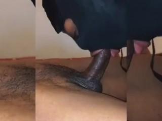 Kvinne suger en pikk nudister i naturen