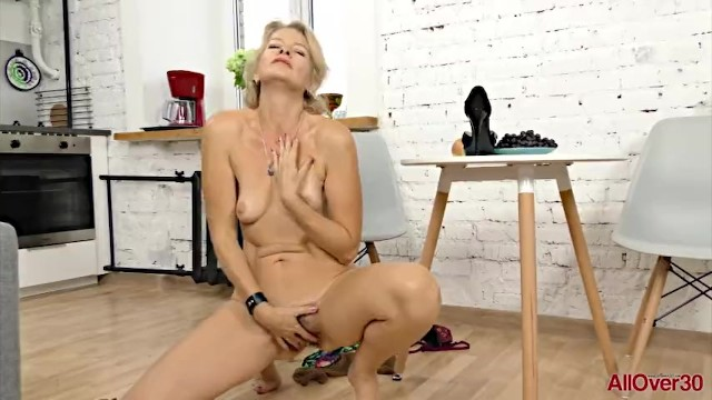 30 letnica mature - Mature blonde milf diana v in nylons plays with her hairy pussy