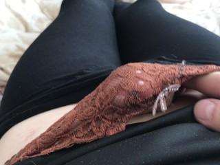 Brune qui se masturbe grosse poitrine sexy