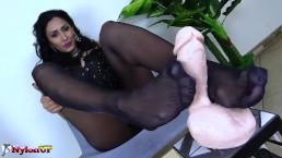 Mistress Alexya fa una sega con i collant