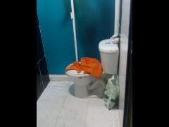 grabo a mi mejor amigo hetero latino bañandose despues del colegio