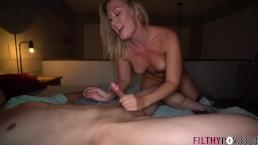 Je partage ma femme blonde sexy avec un jeune étudiant et sa grosse bite