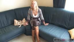 Blonde Milf wird vom Ehemann heimlich gefilmt