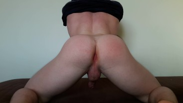 TEEN GUY SHOW OFF HES BIG BUBBLE BUTT