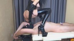 Трахнула страпоном своего раба и накончала ему в задницу в поясе верности
