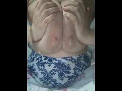 asijské kojící porno