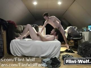 Zwei Bärte ficken auf einem Sofa (onlyfans.com/Flint-Wolf)