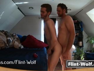 Bareback papai bear me empurra para baixo e libras meu cu (flint-wolf.com)