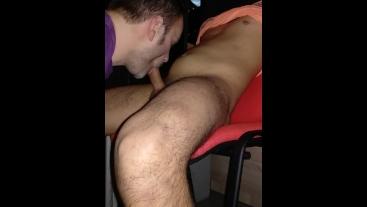 Estudiante recibe mamada con corrida en boca