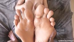 Belles pieds PrettyEvil couverts de sperme. Footjob amateur chaud!