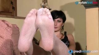 La casalinga toglie le autoreggenti e ti mostra i piedi tutta felice