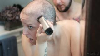 無料セックスビデオ - 女は彼女の頭を剃る間に犯される