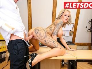 LETSDOEIT - La secrétaire allemande baise le patron pour une augmentation