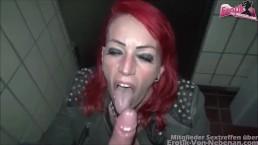 Öffentliche WC Sex - milf redhead tramper fucks on public highway toilet