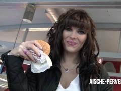 Mitten im Burger Laden geblasen und Spermaburger gegessen - Aische Pervers