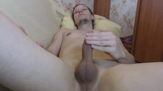 Young fingers him self and cums