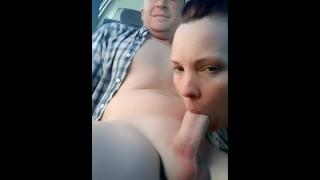 ポルノ映画 - キャディーで熱い熟女から駐車場フェラ