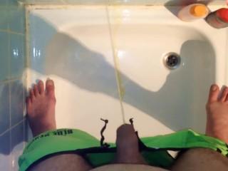 Drecksau pisst einfach in die Dusche