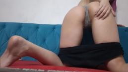 Красивая девушка играет со своим парнем на веб-камеру
