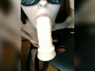 Глубокий минет дилдо заглатываю со слюнями, мастурбирую и кончаю анал