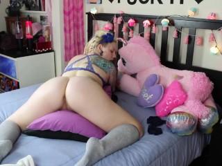 Teen Humps Her Pillows Until She Cums