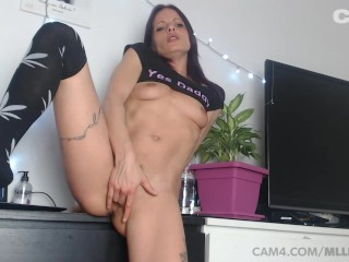 CAM4 Stoner Babe MlleSophia Masturbates and Squirts on Webcam