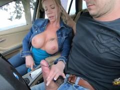 Lara De Santis - bellissima tettona spompina e fa una sega in macchina