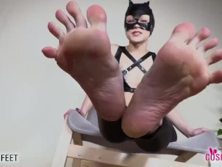 Catwoman a piedi nudi ti mostra il potere dei suoi piedi
