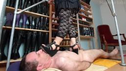 Piétinement et masturbation en sandales