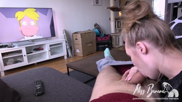 Garota não consegue tirar a boca dela do cacete dele