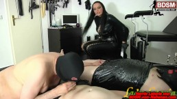 Schwuchtel bläst - gay slave needs to suck two dicks in front of domina