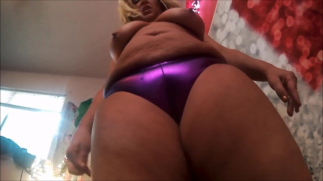 MOM SHOWS OFF HER CAMEL TOE TO STEPSON