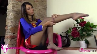 Supergirl in collant toglie gli stivali e ti fa annusare i piedi