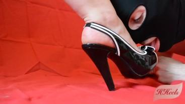 Lick my heels and cum on them !