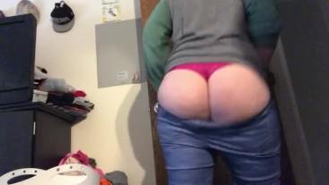 Thicc milf squeezes in leggings