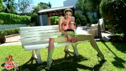 La star du porno brune à gros nichons Clanddi Jinkcego strip