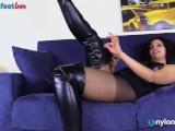 PH4U: Riccia in collant toglie gli stivali di pelle e ti mostra i piedi