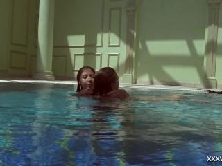 Olla Oglaebina & Irina Russaka blistering teenagers underwater