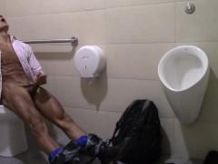 Chico Amateur se Masturba en el Baño de un Supermercado